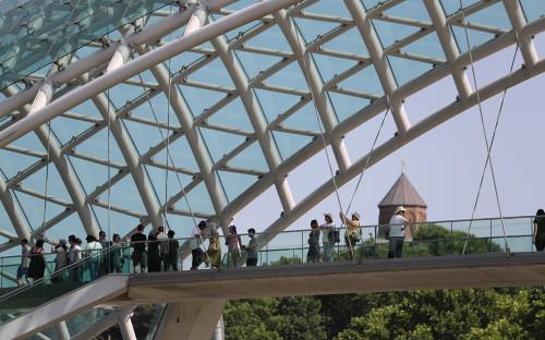 Туристы на мосту Мира в Тбилиси
