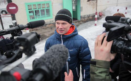 <p>Ильдар Дадин во&nbsp;время общения с&nbsp;журналистами после&nbsp;освобождения из&nbsp;исправительной колонии в&nbsp;городе Рубцовске</p>