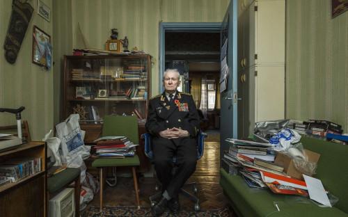 <p>&laquo;Меня зовут Анатолий Гаврилович Уваров. Я родился в Москве. Мои родители работали в Высшем совете народного хозяйства.</p>  <p>В 1940 году я поступил в морское училище. Когда началась война, студентов нашего училища распределили по всей стране, чтобы мы продолжили обучение. Меня отправили в Ленинград, в Высшее военно-морское инженерное училище имени Дзержинского. Осенью 1941 года нас пришлось эвакуировать в город Горький (теперь Нижний Новгород. &mdash; <em>РБК</em>), потому что немцы неуклонно приближались к Ленинграду.</p>  <p>Количество студентов после эвакуации сократилось почти на 70%, многие были на фронте или остались в Ленинграде. Большинство из них погибли. Это был очень тяжелый период &mdash; кто-то должен был остановить немецкую военную машину. Их солдаты были хорошо обучены и хорошо экипированы, а у нас не было армии. Около полутора миллионов детей, которые только что закончили школу, были убиты в течение первых двух месяцев войны. Некоторые были моими одноклассниками.</p>  <p>В мае 1942 года я прошел первую военно-морскую подготовку с Каспийской флотилией. В основном мы подавали снаряды артиллеристам. Было тяжело. Немцы шли на Кавказ, пытаясь добраться до Баку и захватить нефтяные вышки. Вся Каспийская флотилия участвовала в сбивании немецких самолетов.</p>  <p>Наш корабль назывался &laquo;Полюс&raquo;. Я помню только один обстрел, который поразил танкер. Была ночь, и нефть разлилась и загорелась над водой. Страшная сцена. Казалось, что море горит. Я видел, как люди прыгали с пылающего судна в горящую воду.</p>  <p>Потом мы начали перевозить солдат из Астрахани в Махачкалу. Немцы все еще шли к Баку, нам нужно было как можно больше личного состава там. Однажды мы поехали в Астрахань, чтобы забрать солдат. Было жарко и так много комаров, что мы не знали, где от них спрятаться. Мы ездили туда и обратно восемь раз, перевозя за раз не более 500 человек. Пройти по палубе было практически невозможно, столько там было людей. Большинство солдат приехали