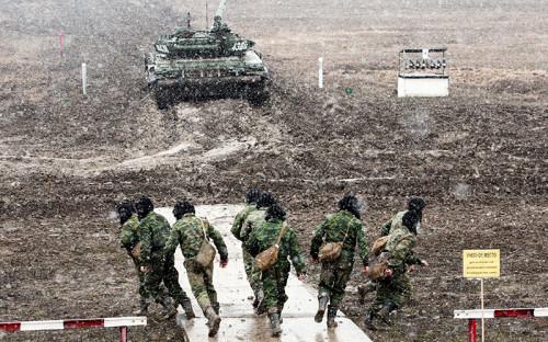 """<p><strong>Три новые дивизии на&nbsp;западной границе</strong></p>  <p>&laquo;Формирование новых дивизий&nbsp;&mdash;&nbsp;это одна из&nbsp;мер в&nbsp;ответ на&nbsp;увеличение интенсивности учений стран НАТО, наблюдаемое в&nbsp;последнее время&raquo;,&nbsp;&mdash; <a href=""""http://www.rbc.ru/politics/22/01/2016/56a1e4999a794761d2b7f9f5"""">заявил</a> 22 января главнокомандующий Сухопутными войсками генерал-полковник Олег Салюков. Три новые дивизии будут сформированы в&nbsp;Западном военном округе, еще одна новая дивизия будет размещена в&nbsp;Центральном&nbsp;ВО, рассказал&nbsp;он.</p>  <p>Новые соединения, по&nbsp;словам генерала, будут созданы на&nbsp;основании существующих бригад. Формирование дивизий должно быть закончено к&nbsp;концу 2016 года. По словам источника&nbsp;РБК, близкого к&nbsp;Минобороны, одним из&nbsp;соединений станет отдельная мотострелковая бригада 20-й общевойсковой армии, которая сейчас дислоцируется в&nbsp;Ельне в&nbsp;Смоленской области. Основой для&nbsp;второй дивизии станет 33-я отдельная мотострелковая бригада, переброшенная в&nbsp;марте 2015 года из&nbsp;Майкопа в&nbsp;город Новочеркасск Ростовской области. Третьей дивизией, по&nbsp;словам собеседника&nbsp;РБК, станет воссозданная 10-я гвардейская танковая дивизия в&nbsp;Богучаре Воронежской области</p>"""
