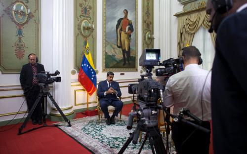 Николас Мадуро (в центре)