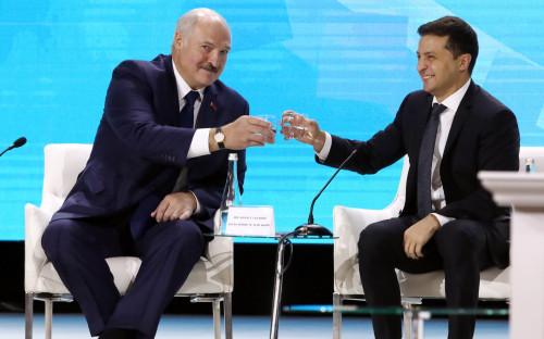 Александр Лукашенко и Владимир Зеленский (справа)