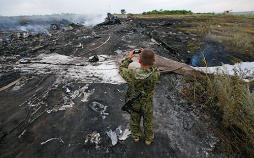 <p>Место крушения Boeing 777 авиакомпании Malaysia Airlines на&nbsp;территории Украины, 17 июля 2014 года</p>