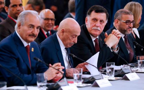 Халифа Хафтар(первыйслева) и Фаиз Сарадж (второй справа)