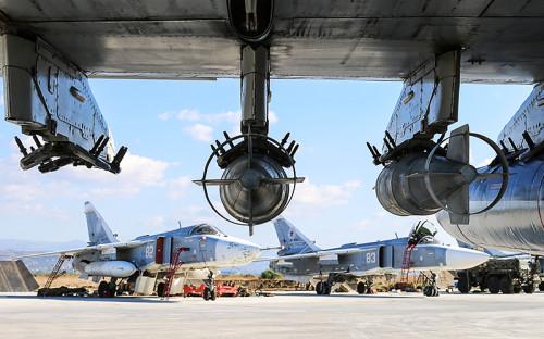 """<p><strong>Су-24М</strong></p>  <p>Основной рабочий самолет сирийской кампании. В течение операции было задействовано около&nbsp;30 единиц Су-24М на&nbsp;базе Хмеймим, <a href=""""http://ria.ru/infografika/20151009/1299382337.html"""">сообщало</a> &laquo;РИА Новости&raquo;. По <a href=""""http://www.rbc.ru/politics/17/03/2016/56eab0e09a794720d758468c"""">оценкам</a> экспертов, в&nbsp;Сирии осталось 9&ndash;12 самолетов.</p>  <p>Бомбардировщик Су-24 был разработан в&nbsp;1960-х, а&nbsp;в&nbsp;1975 году принят на&nbsp;вооружение. Это первый в&nbsp;СССР ударный самолет тактической авиации. Комплект бортового радиоэлектронного оборудования позволяет ему вести бомбардировку круглосуточно и&nbsp;при&nbsp;любой погоде.</p>  <p>Модернизированный Су-24М был поставлен в&nbsp;ВВС СССР в&nbsp;1981 году. Новая модификация обладает улучшенными боевыми возможностями благодаря&nbsp;современному прицельному оборудованию и&nbsp;расширенной совместимости с&nbsp;управляемым оружием. Бомбардировщик Су-24М может нести управляемые ракеты с&nbsp;лазерным и&nbsp;телевизионным наведением.</p>  <p>Максимальная высота полета&nbsp;&mdash; 11&nbsp;км, максимальная боевая нагрузка&nbsp;&mdash; 8&nbsp;т, практический радиус действия&nbsp;&mdash; 600&nbsp;км</p>"""