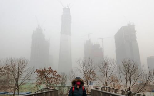 <p>Уровень загрязнения в&nbsp;Северном Китае достиг критических показателей&nbsp;&mdash;&nbsp;индекс качества воздуха (AQI) превышает отметку 200 (&laquo;очень нездоровый&raquo;). В некоторых районах индекс превысил отметку&nbsp;900</p>