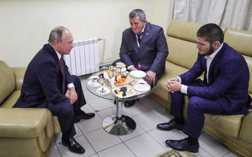 Владимир Путин, отец и тренер Х.Нурмагомедова Абдулманап Нурмагомедов и Хабиб Нурмагомедов (слева направо)