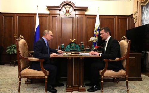 Владимир Путин и Михаил Дегтярев во время встречи в Кремле