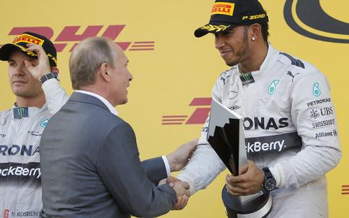 <p>Президент РФ Владимир Путин поздравляет победителя Гран-при &quot;Формулы-1&quot; в Сочи пилота команды &quot;Мерседес&quot; - Льюиса Хэмильтона.</p>