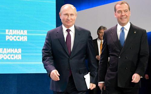 Владимир Путин (слева) и Дмитрий Медведев (справа)