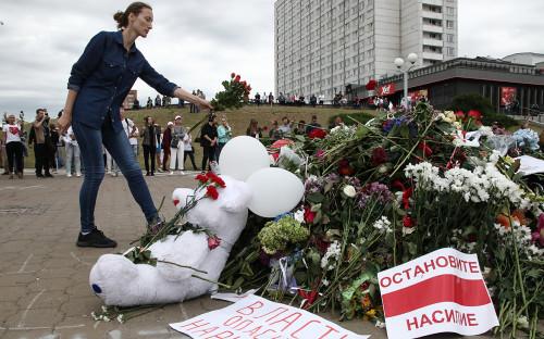 Стихийный мемориал на площади Притыцкого, где погиб участник акции протеста Александр Тарайковский