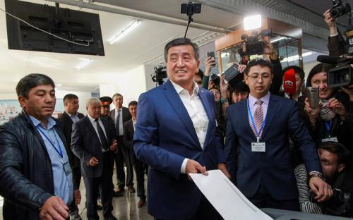 <p>Сооронбай Жээнбеков&nbsp;на встрече с избирателями. 7 октября 2017 года</p>  <p></p>