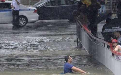 """Участок федеральной трассы 147 Джубга &mdash; Сочи в Адлерском районе Сочи <a href=""""https://www.rbc.ru/society/06/07/2018/5b3f8e7a9a79475c942ecec7"""">оказался затоплен</a> после сильного ливня"""
