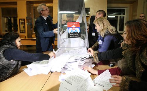 <p>Члены избиркома одного из избирательных участков города во время подсчета голосов по окончании выборов главы ДНР и депутатов Народного Совета республики.</p>