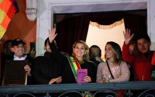 Жанин Аньес(в центре)