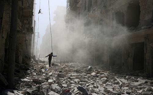 <p>Алеппо&nbsp;&mdash;&nbsp;один из&nbsp;крупнейших городов Сирии&nbsp;&mdash;&nbsp;находится на&nbsp;севере одноименной провинции. До начала войны в&nbsp;городе проживали&nbsp;2,4 млн человек.</p>  <p>Буферные зоны под&nbsp;контролем оппозиции в&nbsp;Алеппо были созданы в&nbsp;середине июля 2012 года. В конце того&nbsp;же&nbsp;месяца в&nbsp;Алеппо начались бои правительственных войск с&nbsp;отрядами оппозиции. На конец 2012 года силы оппозиции контролировали большую часть города и&nbsp;провинции Алеппо.<br /> &nbsp;</p>