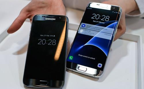 """<p><span style=""""font-size:18px;""""><strong>Смартфоны Samsung Galaxy S7 и&nbsp;S7 Edge</strong></span></p>  <p><em>Цена: <span style=""""color:#800000;""""><strong>49&nbsp;990 </strong></span>и&nbsp;<span style=""""color:#800000;""""><strong>59&nbsp;990&nbsp;руб.</strong></span></em></p>  <p><em>Начало продаж: 18 марта 2016 года</em></p>  <p>Южнокорейская Samsung представила две новые модели своих флагманских смартфонов&nbsp;&mdash;&nbsp;Galaxy S7 и&nbsp;версию с&nbsp;изогнутым с&nbsp;обеих сторон экраном Galaxy S7 Edge. По дизайну они напоминают предыдущие модели линейки, но&nbsp;размеры дисплея у S7 и&nbsp;S7 Edge увеличились до&nbsp;5,1 и&nbsp;5,5 дюйма соответственно.</p>  <p>Смартфоны защищены водонепроницаемым корпусом, а&nbsp;также оснащены технологией беспроводной зарядки. Компания добавила дополнительный слот, в&nbsp;который&nbsp;можно вставить вторую сим-карту или&nbsp;карту microSD емкостью до&nbsp;200&nbsp;Гб.</p>  <p>Смартфоны совместимы с&nbsp;очками виртуальной реальности Gear&nbsp;VR, разработанными Samsung совместно с&nbsp;принадлежащей Facebook компанией Oculus Rift.</p>  <p>Презентация Samsung в&nbsp;Барселоне стала одной из&nbsp;самых &laquo;громких&raquo;, а&nbsp;основной ее темой оказались именно&nbsp;технологии виртуальной реальности, а&nbsp;не&nbsp;смартфоны, <a href=""""http://www.forbes.com/sites/parmyolson/2016/02/22/mark-zuckerberg-virtual-reality-samsung-galaxy-s7/#5c26962d4a64"""">пишет Forbes</a>. Через очки Gear VR зрители смотрели 360-градусное видео, а&nbsp;главный гость презентации глава Facebook Марк Цукерберг посвятил свое выступление перспективам развития этой технологии. &laquo;Она изменит&nbsp;то, как&nbsp;мы живем, работаем и&nbsp;общаемся&raquo;,&nbsp;&mdash; сказал Цукерберг</p>"""