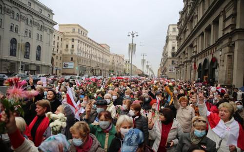 Жители Минска вышли на улицы после разгона марша пенсионеров