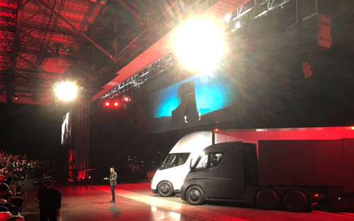 Tesla Motors показала свой первый электрогрузовик. Илон Маск, описывая его дизайн и характеристики, назвал машину пулей.