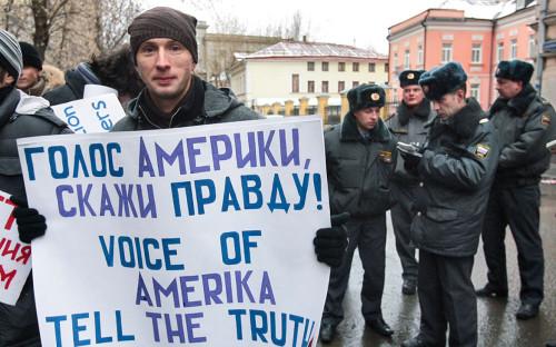 <p>Участник пикета у здания московского бюро радиостанции &laquo;Свобода&raquo;. 2007 год</p>