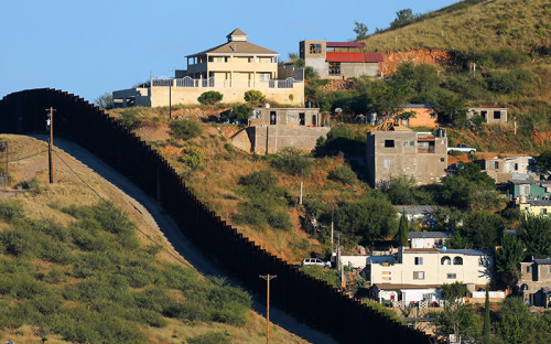 """<p>Длина границы США с&nbsp;Мексикой&nbsp;&mdash; 3145&nbsp;км. Заградительные сооружения сейчас занимают около&nbsp;1/3 и&nbsp;<a href=""""http://www.newsmax.com/FastFeatures/U-SMexico-border-wall/2015/09/04/id/673637/"""">составляют 1078&nbsp;км</a>.</p>"""