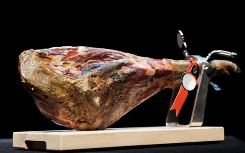 <p><strong>Хамон</strong>&nbsp;- сыровяленый свиной окорок, национальный испанский деликатес. Разделяют хамон серрано (из белой свиньи) и хамон иберико (из черной). Каждый окорок, выходящий в розницу, сертифицируется уполномоченными органами испанского Минсельхоза.</p><p><br />Всего из стран ЕС в 2013 году было ввезено&nbsp;<strong>14,2 тыс.</strong> т&nbsp;колбас и мясных субпродуктов на&nbsp;<strong>$71,5 млн</strong>.</p>