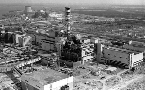 """<strong>Объект: </strong>Чернобыльская&nbsp;АЭС, Украинская ССР  <p><strong>Дата: </strong>апрель 1986 года</p>  <p><strong>Что произошло: </strong> во&nbsp;время эксперимента по&nbsp;использованию кинетической энергии ротора турбогенератора как&nbsp;резервного источника энергии для&nbsp;нужд станции мощность энергоблока была снижена до&nbsp;минимальной, но&nbsp;затем из-за&nbsp;технических особенностей реактора начала резко возрастать, что&nbsp;привело к&nbsp;<a href=""""http://www.rbc.ru/photoreport/26/04/2016/571df6539a79475ee9ca6b9c"""">серии</a> взрывов.</p>  <p><strong>Последствия: </strong>авария на&nbsp;ЧАЭС стала самой крупной в&nbsp;истории атомной энергетики, сопоставимой лишь&nbsp;с&nbsp;катастрофой на&nbsp;АЭС &laquo;Фукусима-1&raquo; в&nbsp;Японии в&nbsp;марте 2011 года. Всего, по&nbsp;подсчетам Всемирной организации здравоохранения (ВОЗ) на&nbsp;2005&nbsp;год, жертвами аварии на&nbsp;ЧАЭС стали около&nbsp;4&nbsp;тыс. человек.</p>"""
