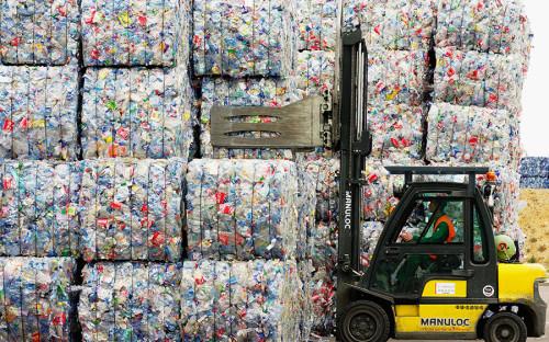 """<p>В 1991 году в Германии производителей упаковки <a href=""""http://www.bmub.bund.de/en/topics/water-waste-soil/waste-management/waste-policy/"""">обязали</a> принимать ее обратно после использования. В&nbsp;1996-м эти меры были расширены: немецкие власти приняли специальный акт, целью которого было введение системы замкнутого цикла&nbsp;в области переработки мусора. Новые условия обязывали компании&nbsp;начиная со стадии проекта&nbsp;следить за тем, чтобы производство не оставляло отходов, а в конце жизненного цикла продукт&nbsp;подвергался экологической переработке.</p>  <p><br /> В 2012 году акт был доработан и расширен. Добровольная и обязательная ответственность сегодня действует для производителей не только упаковочных материалов, но и&nbsp;транспортных средств, электронных приборов, химической продукции и др. Целью ставится максимальное использование материалов, &laquo;законсервированных&raquo; в отходах.<br /> По состоянию на середину 2017 года оборот мусороперерабатывающей отрасли в Германии <a href=""""http://www.bmub.bund.de/en/topics/water-waste-soil/waste-management/waste-policy/"""">составлял</a> около &euro;70 млрд, в ней были заняты более 250 тыс. человек.</p>"""
