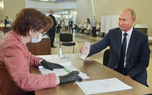 Владимир Путин на избирательном участке в здании президиума Российской академии наук, Москва