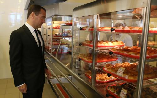 Дмитрий Медведев во время посещения столовой школы №34 в подмосковном Подольске