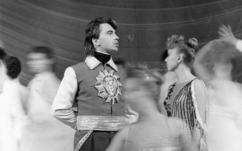 <p>Дмитрий Хворостовский родился в 1962 году в Красноярске. С детства занимался музыкой. Окончил педагогическое училище и Красноярский институт искусств. В 1985 году стал солистом Красноярского государственного театра оперы и балета, где работал пять лет.</p>