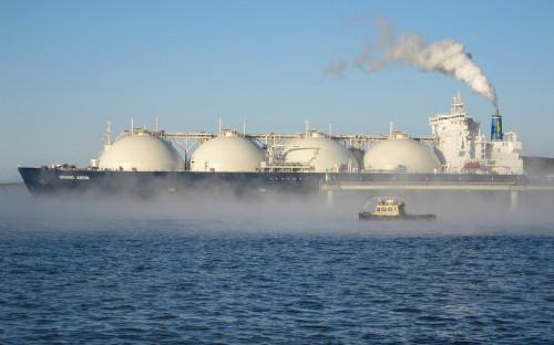 Танкер-газовоз у причала завода по производству сжиженного природного газа