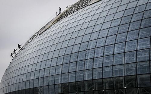 <strong>Ледовый дворец &quot;Большой&quot; в Сочи</strong><br /> <br /> Годы строительства: 2009-2012<br /> Объем финансирования: 10,1 млрд руб.<br /> <br /> Большая ледовая арена на 12 тыс. мест спроектирована и построена &quot;Мостовиком&quot;. Длина здания &mdash; 250 м, ширина &mdash; 185 м. Площадь фундаментной плиты здания, овальной в плане, &mdash; более 45 тыс. кв. м. Всего на устройство монолитной плиты основания арены ушло 11,5 тыс. т арматуры и более 40 тыс. куб. м бетона. В секторах смонтированы несущие колонны цокольного этажа ледового комплекса высотой по 8 м. Только в цокольном этаже их около 400.