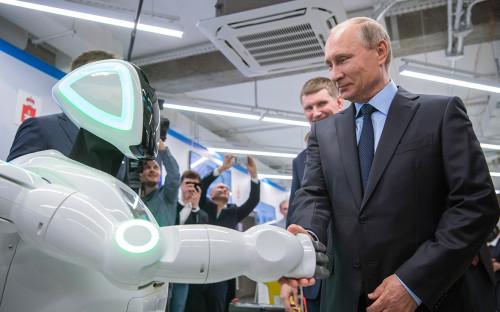 <p>Владимир Путин во время осмотра экспозиции предприятий малого и среднего бизнеса, работающих в сфере цифровой экономики</p>