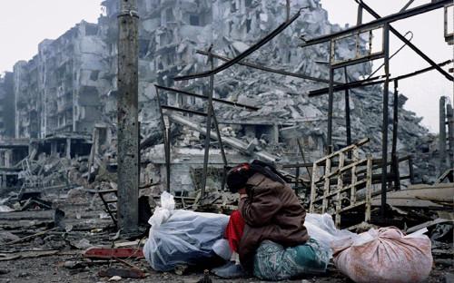 <div> <div> <div> <div> <p><strong><span>1994</span></strong></p>  <p></p>  <p><em><span>26 ноября, штурм Грозного оппозицией и российскими спецслужбами</span></em></p>  <p></p>  <p><span>26 ноября 1994 года произошла третья попытка штурма Грозного, предпринятая оппозиционным по отношению к тогдашнему президенту Чеченской Республики Джохару Дудаеву Временным советом Чечни, который поддерживался российскими властями. В штурме приняли участие около 1200 человек, в том числе завербованные Федеральной службой контрразведки (в 1995 году преобразована в ФСБ) российские военнослужащие, около 40 танков, переданных оппозиции Северокавказским военным округом&nbsp;&nbsp;Т-72, и несколько БТР-80. В ходе штурма погибло около 500 человек.</span></p>  <p></p>  <p><span>Российское руководство не признало участие в штурме, а министр обороны России Павел Грачев заявил, что если бы в Чечне действительно воевали российские десантники, то все проблемы были бы решены в течение двух часов. &laquo;Признав бессилие оппонентов Дудаева, российское руководство должно будет либо пойти на открытое военное вмешательство в дела республики, либо вовсе отказаться от этих попыток, предоставив Чечне независимость&raquo;, &ndash; писала газета &laquo;Коммерсантъ&raquo; через два дня после провалившегося штурма.</span></p>  <p></p>  <p><span>Был выбран первый вариант&nbsp;&ndash; 30 ноября Борис Ельцин подписал указ о восстановлении конституционной законности и правопорядка на территории Чеченской Республики, а 11 декабря начался ввод федеральных войск.</span></p>  <p></p>  <p><em><span>На фото: жительница Грозного&nbsp;в разрушенном городе</span></em></p> </div> </div> </div> </div>