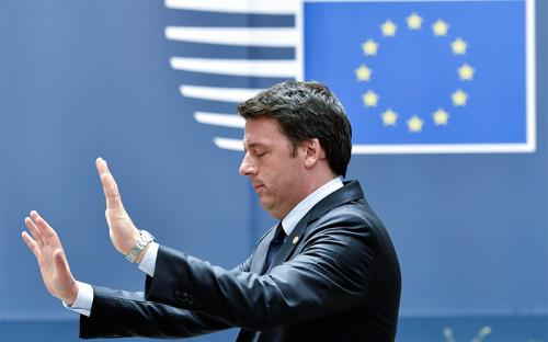 """<p><span style=""""font-size:16px;""""><strong>Италия и&nbsp;банковский кризис</strong></span></p>  <p>Италия разошлась с&nbsp;Евросоюзом в&nbsp;оценке способов спасения банков. К апрелю итальянские банки уже скопили почти &euro;360 млрд проблемных кредитов (почти четверть ВВП страны). По итогам Brexit семь итальянских банков оказались в&nbsp;числе десяти наиболее пострадавших крупных банков в&nbsp;Европе.</p>  <p>Еврокомиссия разрешила Италии использовать для&nbsp;поддержки ликвидности банков госгарантии на&nbsp;&euro;150 млрд, но&nbsp;для&nbsp;поддержки рекапитализации слабых банков Рим учредил отдельный фонд Atlante. Фонд планировалось наполнять из&nbsp;средств госбанка, государственных пенсионных фондов и&nbsp;госбюджета, писали источники <a href=""""http://www.ft.com/cms/s/0/e3b53640-4108-11e6-9b66-0712b3873ae1.html#axzz4DRBQhB8p"""">Financial Times</a>.</p>  <p>Все обсуждаемые меры противоречат правилам ЕС по&nbsp;работе с&nbsp;проблемными банками, согласно&nbsp;которым на&nbsp;спасение банков должны идти деньги кредиторов, а&nbsp;не&nbsp;налогоплательщиков. В июне Италия просила приостановить правила&nbsp;ЕС, но&nbsp;Ангела Меркель на&nbsp;прошлой неделе <a href=""""http://www.ft.com/fastft/2016/06/30/italian-banks-dive-as-merkel-dismisses-bailout-hopes/"""">отвергла</a> просьбу. Член правления ЕЦБ Бенуа Кере заявил, что&nbsp;приостановка правил означает конец банковского союза таким, &laquo;каким мы его знаем&raquo;.</p>  <p>Премьер Италии Маттео Ренци в&nbsp;ответ заявил, что&nbsp;Италия &laquo;не&nbsp;нуждается в&nbsp;лекциях школьного учителя&raquo;. &laquo;Мы готовы принять все необходимые меры [чтобы защитить банки] и&nbsp;не&nbsp;исключаем, что&nbsp;будем действовать в&nbsp;одностороннем порядке, но&nbsp;лишь при&nbsp;крайней необходимости&raquo;,&nbsp;&mdash; <a href=""""http://www.ft.com/cms/s/0/e3b53640-4108-11e6-9b66-0712b3873ae1.html#axzz4DRBQhB8p"""">говорил</a> источник&nbsp;FT, осведомленный о&nbsp;планах итальянского правительства.</p>  <p><em>На фото: премьер-минист"""