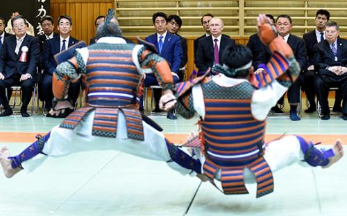 <p>Премьер-министр Японии Синдзо Абэ и&nbsp;президент России Владимир Путин (слева направо на&nbsp;втором плане) во&nbsp;время посещения центра восточных единоборств &laquo;Кодокан&raquo;</p>