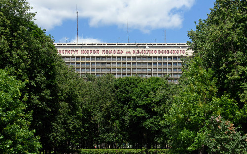 Вид на здание Научно-исследовательского института скорой помощи им. Н. В. Склифосовского