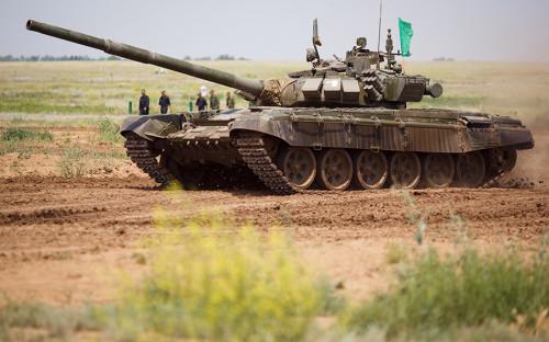 """<p><strong>Танк Т-72Б3 </strong><a href=""""http://tank72.tass.ru/razvitie-tankov/"""">является обновленной версией</a>&nbsp;распространенного в&nbsp;Российской армии танка Т-72. Машина с&nbsp;боевой массой&nbsp;46,5 т и&nbsp;средней скоростью 45 км/ч находится на&nbsp;вооружении с&nbsp;2012 года. Экипаж&nbsp;&mdash;&nbsp;три человека. Отличительные особенности Т-72Б3 &nbsp;&mdash;&nbsp;более мощный двигатель, превосходящий старый на&nbsp;1130&nbsp;л.с., улучшенный комплекс вооружения, прицеливания и&nbsp;управления. Т-72Б3 неоднократно <a href=""""https://ria.ru/arms/20161227/1484687295.html"""">участвовал</a> в&nbsp;&laquo;Танковом биатлоне&raquo; в&nbsp;подмосковном Алабино.</p>"""