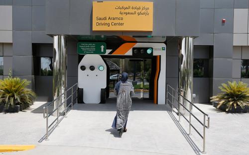 """<p>Генеральное управление дорожного движения Саудовской Аравии <a href=""""https://apnews.com/4c188141657a44299d2e22b4fac25707"""">начало</a> выдавать женщинам водительские права еще 4 июня. Тогда обладательницами удостоверений стали десять женщин, предварительно сдавших соответствующий экзамен.</p>"""