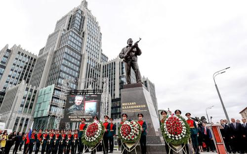 <p>Общая высота скульптурной композиции составляет 9,8 м: на 4-метровом постаменте стоит металлическая фигура оружейника, держащего АК-47.&nbsp;</p>