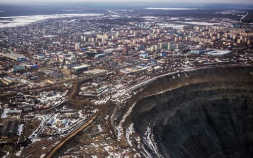 """<p>На самом севере умеренного пояса Северного полушария, в Республике Саха, находится город Мирный. В 1955 году здесь было открыто месторождение алмазов &mdash; кимберлитовая&nbsp;Трубка&nbsp;&laquo;Мир&raquo;. &laquo;Закурили трубку мира. Табак отличный&raquo;, &mdash; такой радиограммой тогда советские геологи Авдеенко, Елагина, Хабардин сообщили в Москву об открытии богатейшего на тот момент месторождения алмазов. &laquo;Специального кода на этот случай у нас не было, &mdash; <a href=""""http://geo.ru/node/41559"""">рассказывал</a> начальник геологической партии Юрий Хабардин. &mdash; И текст мы составили так, чтобы было понятно, что мы нашли &mdash; &laquo;закурили трубку&raquo; и дали ей название &mdash; &laquo;Мир&raquo;. Фраза &laquo;табак отличный&raquo; говорила о богатом содержании алмазов&raquo;.</p>"""