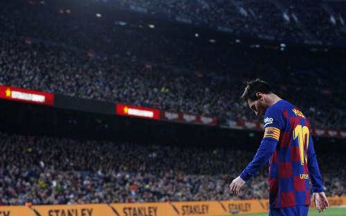 Капитан «Барселоны» Леонель Месси на фоне переполненных трибун стадиона «Камп Ноу»