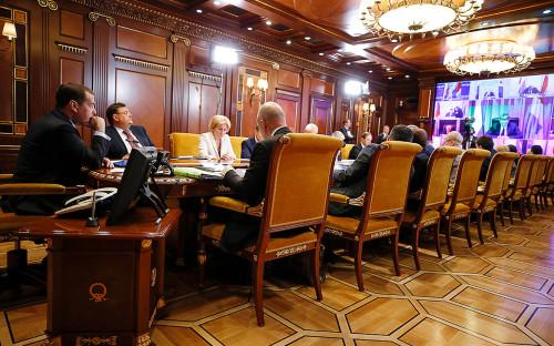 Дмитрий Медведев (слева) на заседании президиума Совета при президенте РФ по стратегическому развитию и национальным проектам