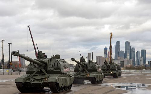 Самоходные артиллерийские установки «Мста-С» едут к месту парада