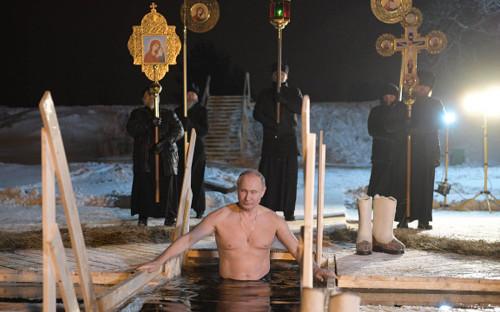 <p>19 января 2018 года. Владимир Путин&nbsp;во время крещенских купаний на озере Селигер</p>  <p></p>