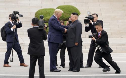 Трамп и Ким Чен Ын во время встречи летом 2019 года