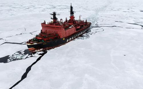 """<p>Атомные ледоколы предназначены для обеспечения судоходства по северным морям и освоения арктического шельфа, эти корабли могут продолжительное время работать на&nbsp;Северном&nbsp;морском&nbsp;пути без дополнительной заправки.Сейчас на службе российского флота находится <a href=""""http://www.russianatom.ru/enterprises/icebreaker_fleet"""">семь атомных ледоколов</a>.</p>  <div class=""""article__special_container""""> <p><em><strong>Ледоколы типа &laquo;Арктика&raquo;</strong> (&laquo;Ямал&raquo; и &laquo;50 лет Победы&raquo;) с двухреакторной ядерной энергетической установкой мощностью 75 тыс. лошадиных сил являются самыми мощными судами такого типа в мире.</em></p> </div>  <p>&laquo;Ямал&raquo; <a href=""""http://www.rosatomflot.ru/flot/atomnye-ledokoly/"""">был построен</a> в 1992 году в Санкт-Петербурге. Спроектированный как судно для зимнего обеспечения морских путей России в водах северных&nbsp;морей, &laquo;Ямал&raquo; может преодолеть даже самый толстый и крепкий лед. Судно имеет&nbsp;водоизмещение&nbsp;23 тыс. т и корпус&nbsp;из 48-миллиметровой легированной стали. Длина ледокола&nbsp;превышает 147&nbsp;м, ширина &mdash; почти 30&nbsp;м, а высота борта &mdash; 17&nbsp;м.</p>"""