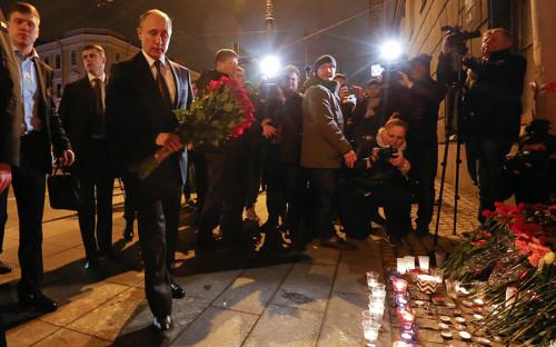 <p>Президент России Владимир Путин (слева на&nbsp;первом плане) возлагает цветы у станции метро &laquo;Технологический институт&raquo;&nbsp;</p>  <p></p>