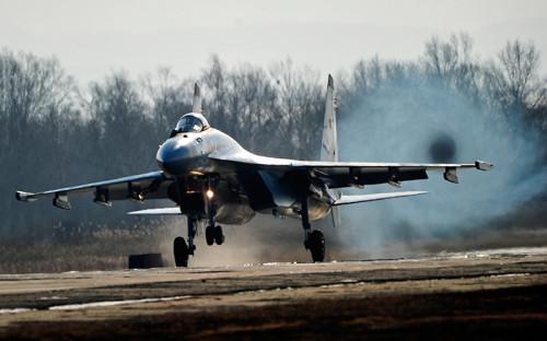 """<p><span style=""""font-size:18px;""""><strong>Истребитель Су-35С</strong></span></p>  <p><span style=""""font-size:18px;"""">Новейший российский самолет (производится с&nbsp;2008 года, на&nbsp;вооружении стоит с&nbsp;2014-го) второй раз&nbsp;появится в&nbsp;небе над&nbsp;Красной площадью, сообщал &laquo;Интерфакс&raquo; со&nbsp;ссылкой на&nbsp;Минобороны. В прошлом году один истребитель поколения &laquo;4++&raquo; возглавлял пилотажную фигуру &laquo;тактическое крыло&raquo;.</span></p>  <p><span style=""""font-size:18px;"""">Самолет может нести на&nbsp;борту до&nbsp;8 т высокоточных ракет или&nbsp;до&nbsp;шести современных корректируемых бомб КАБ-500.</span></p>  <p><span style=""""font-size:18px;"""">Многоцелевой сверхманевренный истребитель участвовал в&nbsp;сирийской операции с&nbsp;января 2016 года. Звено из&nbsp;четырех Су-35С было <a href=""""http://www.rbc.ru/politics/01/02/2016/56ae95c29a7947ebb4b4882f"""">переброшено</a> на&nbsp;базу Хмеймим после&nbsp;инцидента со&nbsp;сбитым турецкими ВВС бомбардировщиком Су-24. </span></p>  <p><span style=""""font-size:18px;"""">После приказа президента Владимира Путина о&nbsp;выводе войск из&nbsp;Сирии 14 марта самолеты группы <a href=""""http://www.rbc.ru/photoreport/18/03/2016/56eac20d9a79472f0cf20376"""">продолжили</a> выполнять стоящие перед&nbsp;ними задачи: сопровождение ведущих работу бомбардировщиков и&nbsp;контроль над&nbsp;воздушным пространством.</span></p>"""